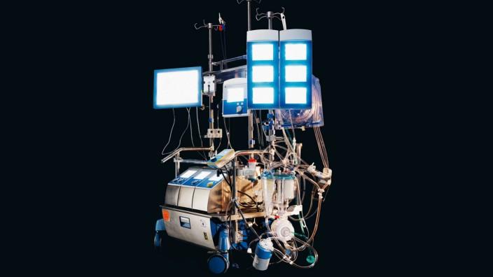 Wie Sterben abläuft: Wenn der Körper kaum noch kann: Die Herz-Lungen-Maschine übernimmt die Pumparbeit des Herzens sowie die Aufgabe der Lunge, Kohlendioxid aus dem Blut aufzunehmen und Sauerstoff ins Blut abzugeben.