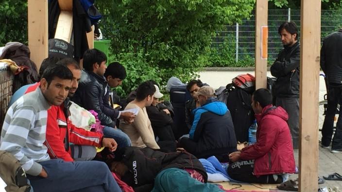 Landkreis Traunstein: Seit drei Wochen campieren 27 Afghanen und Pakistaner unter einem Blechdach vor der Münchner Bayernkaserne.
