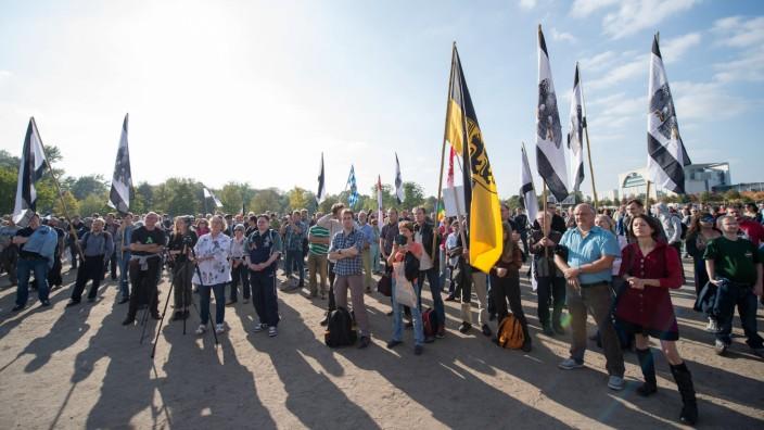 Berlin Rechte Reichsbuerger 200 bis 300 Reichsbuerger, Neonazis, Antisemiten und Verschwoerungstheor
