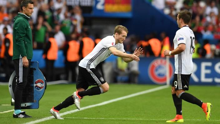 Einwechselspieler bei der Fußball-EM: Zwei, die sich oft an der Seitenlinie abklatschen: André Schürrle (links) wird eingewechselt - und Mario Götze muss gehen.
