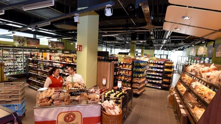 Supermarkt: Der Markt ist von überschaubarer Größe, die Farbe Grün spielt bei der Innendeko eine prägende Rolle.