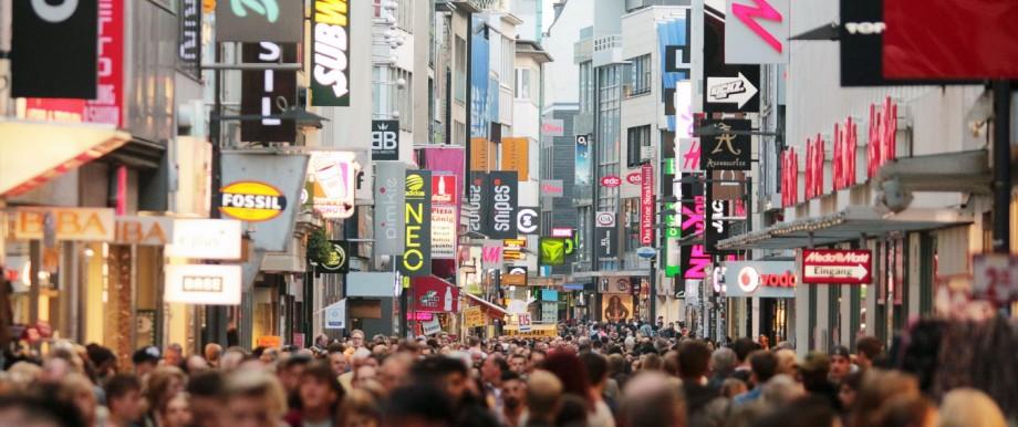 Menschenmenge in der Fußgängerzone Hohe Strasse in der Innenstadt Köln NRW Deutschland