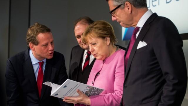 Eric Schweitzer (l-r), DIHK-Präsident, Hans Peter Wollseifer, ZDH-Präsident, Bundeskanzlerin Angela