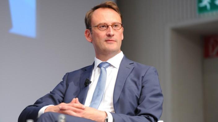 Dr Tobias Schmid Bereichsleiter Medienpolitik Mediengruppe RTL Deutschland spricht am 09 06 2015