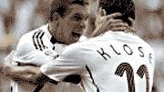 Lukas Podolski und Miroslav Klose bejubeln Deutschlands 2:0 gegen Schweden