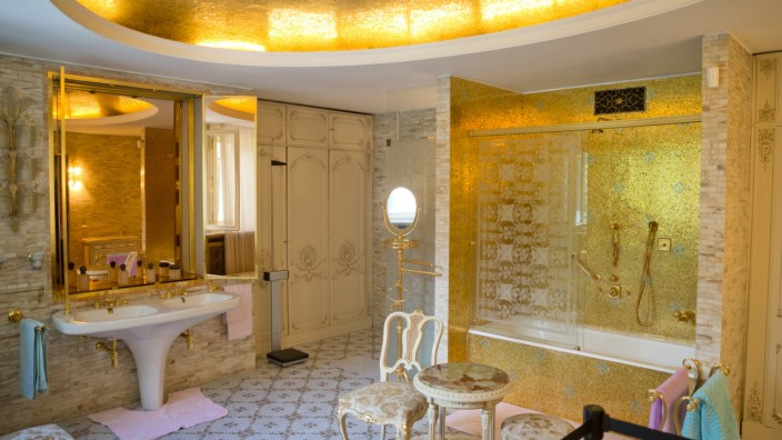 """Lavinia Branişte: """"Sonia meldet sich"""": """"Die Ceauşescu-Familie ist zu einer Sehenswürdigkeit auf einer Touristenführung geworden"""", heißt es bei Lavinia Branişte. In der Privatresidenz des Ehepaars Ceauşescu kann man sich zum Beispiel das goldene Badezimmer ansehen."""