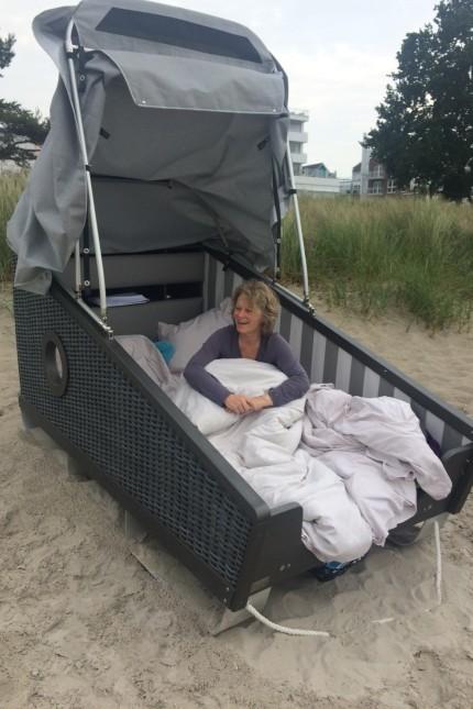 Neulich in Scharbeutz: Stimmungsvoll und gut für den Rücken: ein Bett im Strandkorb.