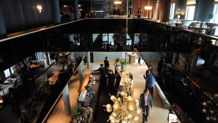 Restaurant Rocca Riviera: Weltstadtflair an der Siemens-Zentrale: Von der umlaufenden Galerie aus schwarzem Glas schweift der Blick durchs Rocca Riviera.