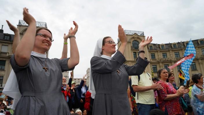 """Christen in Deutschland: Teilnehmer bei der Abschlusskundgebung des ökumenischen Kongresses """"Miteinander für Europa"""" in München 2016."""