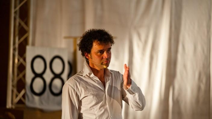 Poing: Theatermacher Jean-François Drozak hat in Poing schon häufig Workshops in Schulen organisiert.