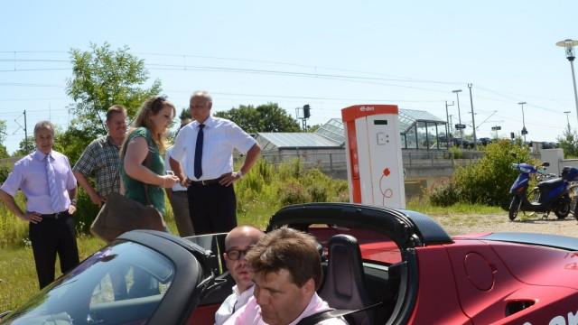 Elektromobilität: Noch nicht die große Wende, aber immerhin. Karlsfelds Bürgermeister Stefan Kolbe (CSU) im E-Auto.