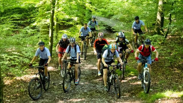 Alpenbiker trainieren im Forst