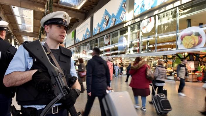 Bundespolizei am Münchner Hauptbahnhof nach Terroranschlag von Paris, 2015