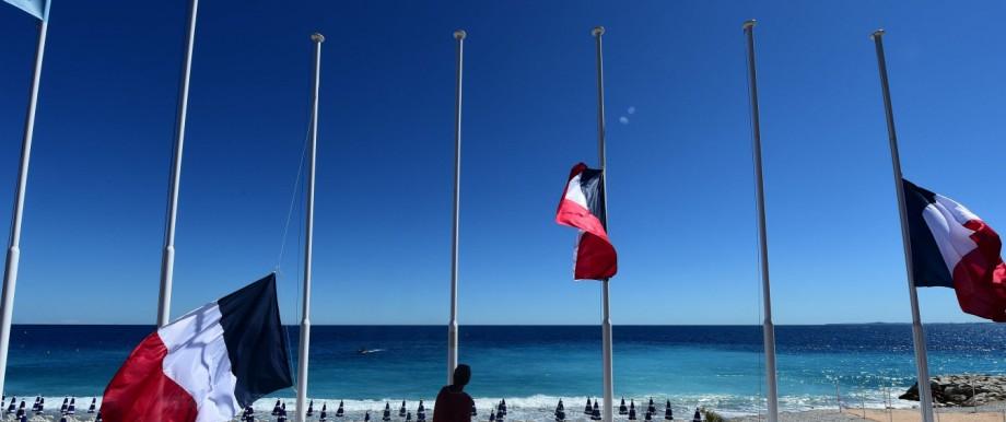 Anschlag in Nizza: Die Flaggen auf Halbmast, die Stadt voller Trauer: Nizza am Tag nach dem Attentat.