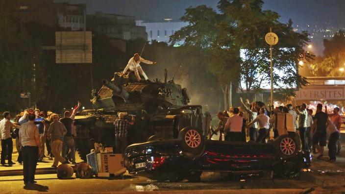 Militärputsch in der Türkei: Chaos während des Putschversuchs: In Ankara fuhren Panzer auf, doch selbst die Opposition positionierte sich gegen einen gewaltsamen Umsturz.