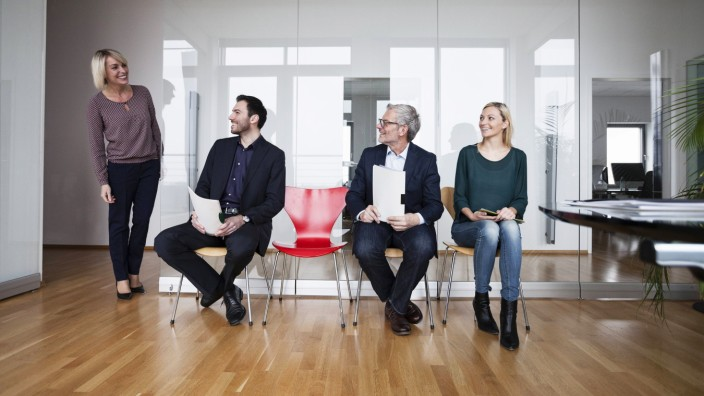 People sitting in a row waiting in office model released Symbolfoto property released PUBLICATIONxI