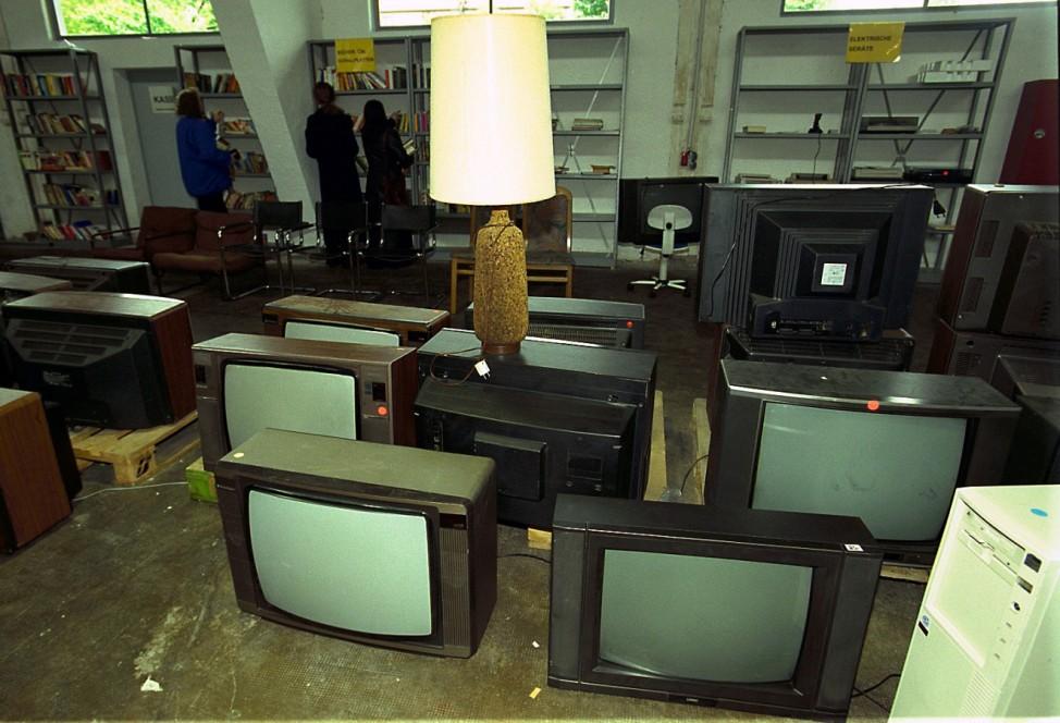Einkauf im Second-Hand-Kaufhaus, 2001