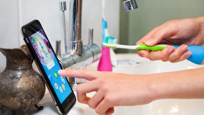 Playbrush: Nur aufpassen, dass das Smartphone nicht ins Waschbecken fällt! Die Playbrush-Zahnbürste samt zugehöriger App.