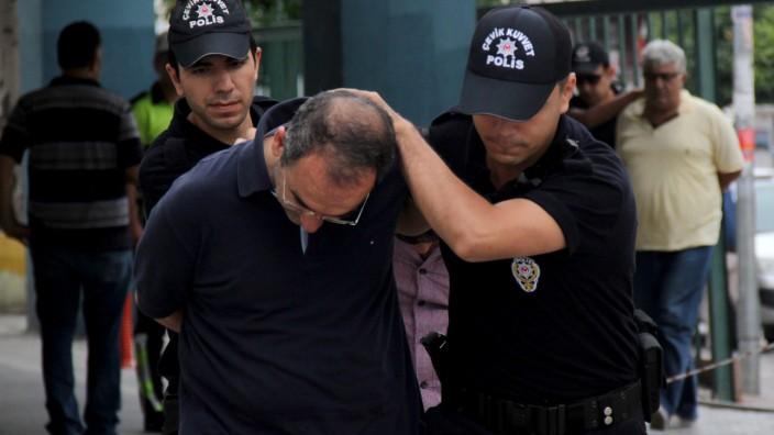 Türkische Polizei führt nach dem Putschversuch Soldaten ab