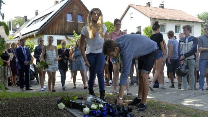 Unvergessene Viwi: Freunde legen am Gedenkstein für Viwi Blumen nieder. Das Mädchen starb in der Neujahrsnacht, als ein betrunkener Autofahrer an der Kreuzung Münchner/Alte Münchner Straße eine Ampel umfuhr.