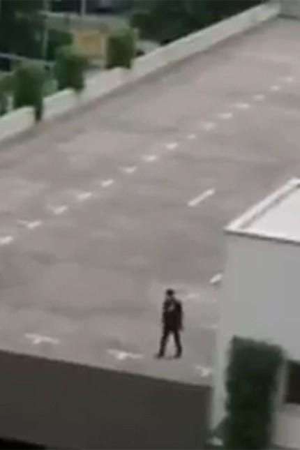 Mutmaßlicher Täter von München: Amateuraufnahme des Amokläufers: Auf dem Dach eines Parkhauses am Olympia-Einkaufszentrum lief er umher und lieferte sich einen Wortwechsel mit einem Anwohner - mehr zu den Videos...