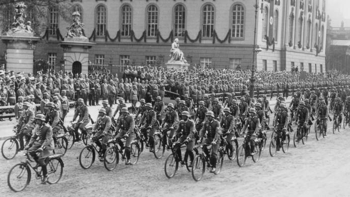 Parade der Wehrmacht am Geburtstag von Adolf Hitler, 1935