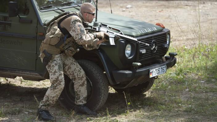 Bundeswehr: Der Soldat als Personenschützer: Während eines Manövers üben Feldjäger der Bundeswehr die Abwehr eines Angriffs auf eine Fahrzeugkolonne.