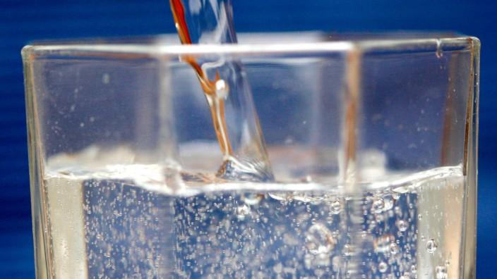 Mineralwasser wird eingegossen