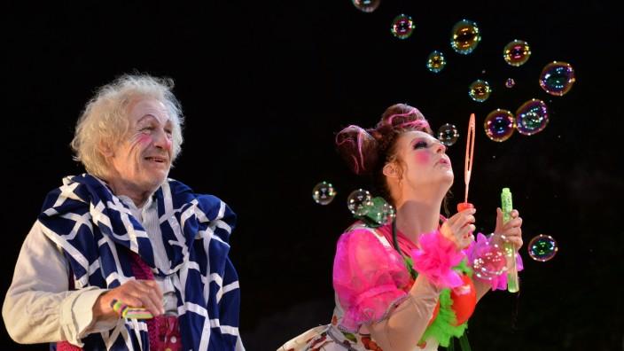 Festspiele in Wunsiedel: Michael Altmann spielt den Großvater knochentrocken und gerade deshalb umwerfend komisch (mit Eva Brauriedl als Haslinger-Tochter Jackie).