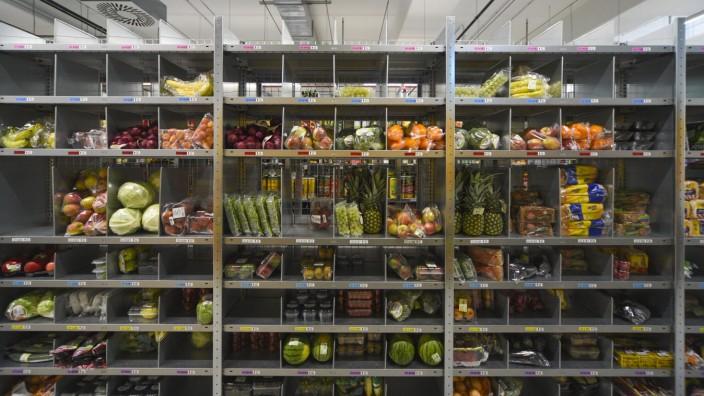 """Logistik: Regallager in der """"Neuen Hopfenpost"""" in München: Von hier aus werden Prime-Now-Kunden von Amazon beliefert."""