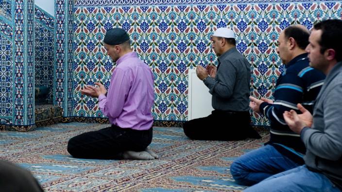 Islam: Nachtgebet in der Ulu Moschee in Markt Schwaben. Auch diese Moschee gehört zum staatsnahen türkischen Moscheeverband Ditib.