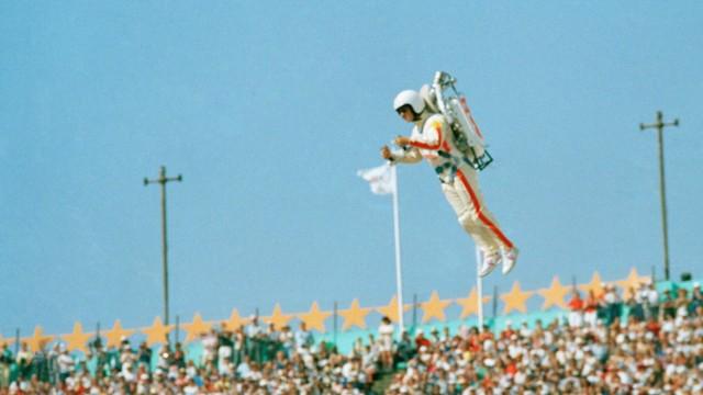 """Luftfahrt: Wann schwebt wieder einmal - so wie bei den Sommerspielen 1984 - ein """"Rocket Man"""" übers Olympiastadion von Los Angeles?"""