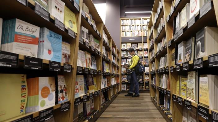 Amazon-Buchhandlungen: Ein Kunde im ersten und bisher einzigen Buchladen von Amazon. Weitere Filialen in Portland, San Diego und New York sollen folgen.