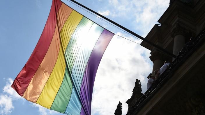 Zahl der Befürworter für Homo-Ehe steigt