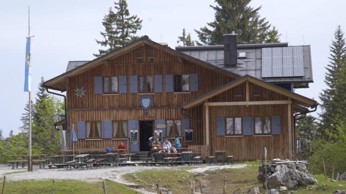 Die Tutzinger Hütte im Jahr 2011. Christian G. stürzte 2016 vom Dach der Hütte.