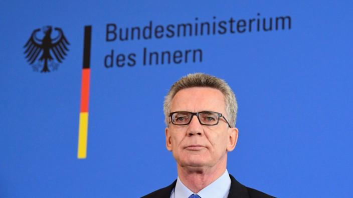 Abschiebungen und strengeres Waffenrecht: De Maizière bei seiner Pressekonferenz in Berlin.