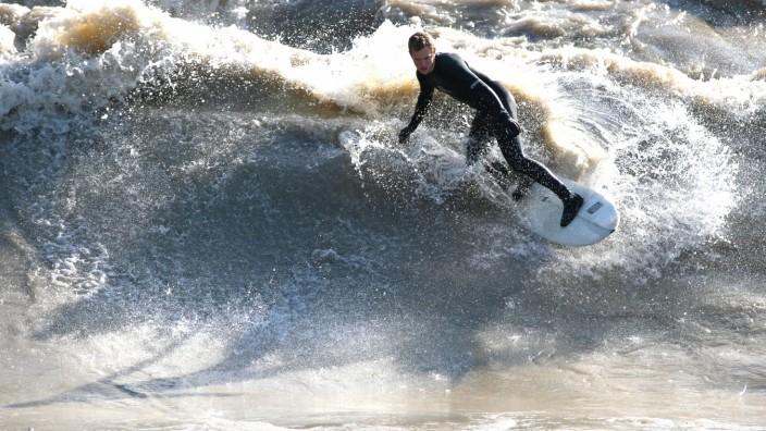 Brettsport: Welle im Fluss: River-Surfing, wie es seit vielen Jahren auf dem Münchner Eisbach betrieben wird (Foto), wird immer mehr zum Trend. In Wolfratshausen könnte nun bald die erste künstliche Flusswelle entstehen, die eigens zum Surfen geschaffen wird.