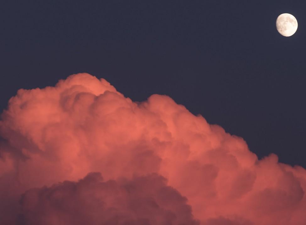 Gewitterwolke im Sonnenuntergang