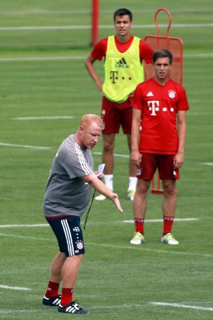 Trainer Heiko Vogel FC Bayern II gibt seinen Spielern Anweisungen Fussball Regionalliga Bayern; Heiko Vogel Trainer Fußball FC Bayern München Amateure Lackovic/Imago