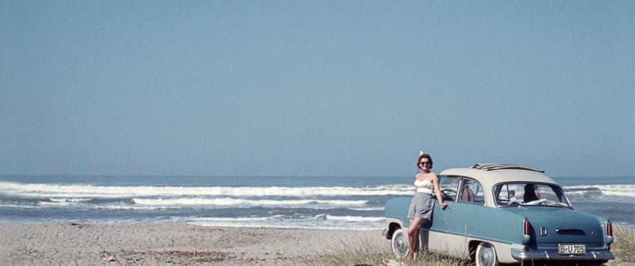 Ferien am Meer GER ca 1950 Frau mit Oldtimer am Meer