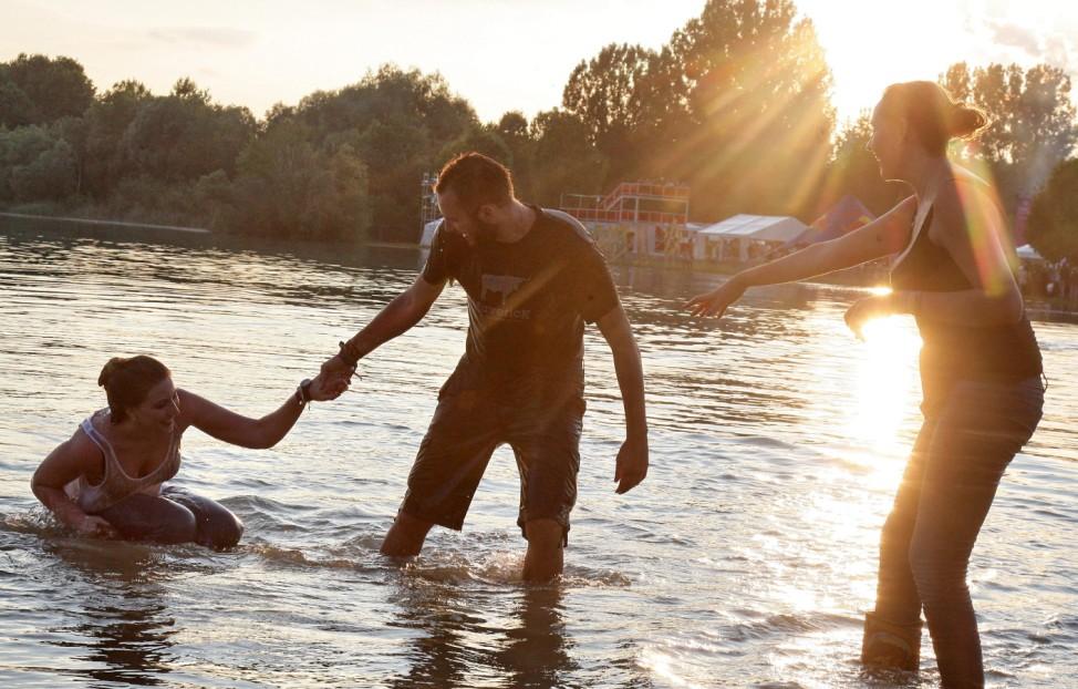 Menschen banden im Aquapark, einem Kiesweiher bei Moosburg im Landkreis Erding