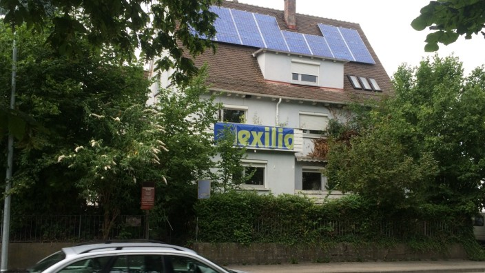 """Anschlag in Ansbach: Beim Selbstmordanschlag von Ansbach wurden 15 Menschen verletzt. Danach kamen Zweifel am Therapeuten Axel von Maltitz und dem Verein """"Exilio"""" auf."""