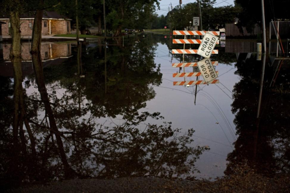Wegen Überschwemmung gesperrte Straße in Sorrento, Louisiana, USA