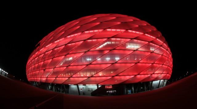 Allianz-Arena bei Nacht in München, 2012.