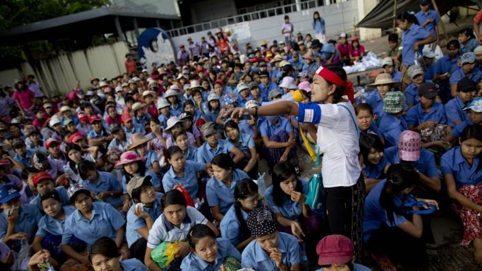Textilproduktion: Arbeiter in Myanmar protestieren vor einer Fabrik. Die Besitzer hatten sie geschlossen, ohne den Arbeitern Bescheid zu sagen.