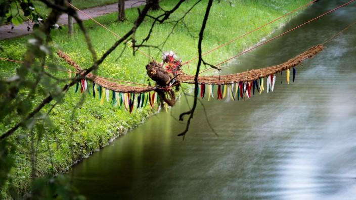Feuriger Drachenflug, Projekt der Oselmäuse über dem Nymphenburger Kanal Höhe Marsopstraße