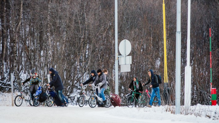 Gegen Flüchtlinge: Weil Russland niemanden zu Fuß ins Grenzgebiet lässt, müssen sich Flüchtlinge Fahrräder kaufen, um nach Norwegen zu gelangen.