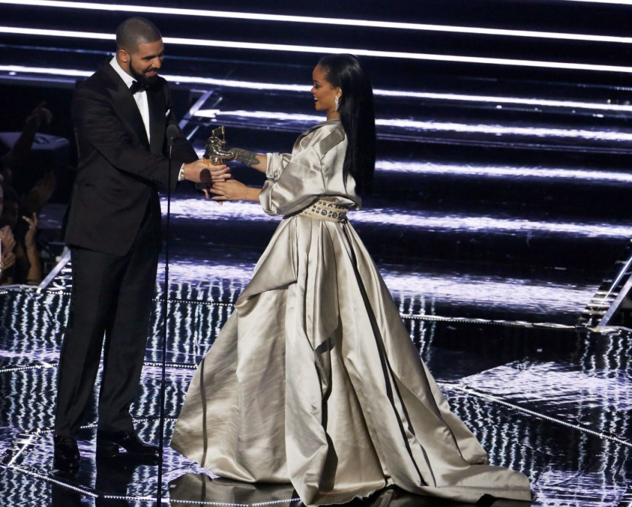 Drake presents Rihanna with an award during the 2016 MTV Video Music Awards in New York