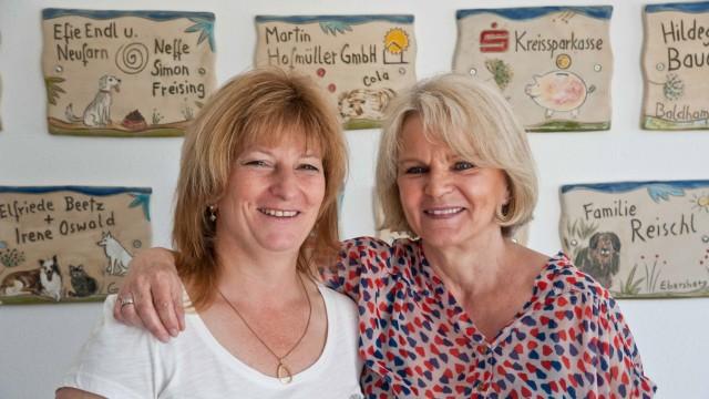 Ebersberg: Karin Fritsch (links) und Evelyn Bauer freuen sich über jedes Tier, das ein neues Zuhause findet.