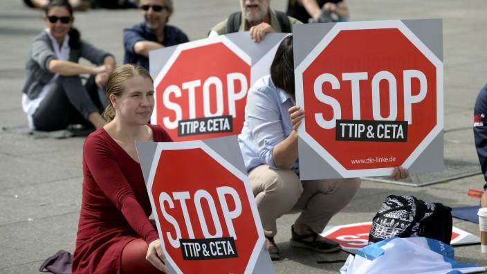 Aktion des Berliner Bündnisses 'TTIP | TISA | CETA stoppen!'